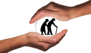 Bildinhalt: Einen Transparenten Ball die von beiden Händen festgehalten wird und in dem Ball sind zwei Senioren als kleine schwarze Figuren gemalt, dabei hat einer einen Gehstock