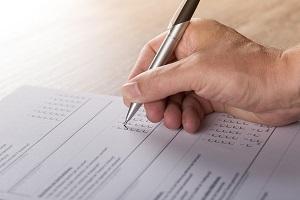 Bildinhalt: Eine Checkliste füllt jemand mit einem Kugelschreiber aus