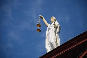 Bildinhalt: Eine Justitia  auf einem Gebäude.