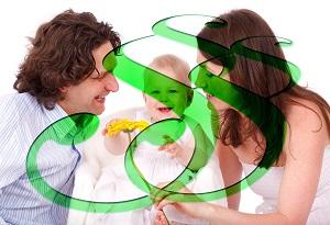 Bildbeschreibung: Auf dem Bild sind Eltern mit Kind und einem Paragraphenzeichen zu sehen.
